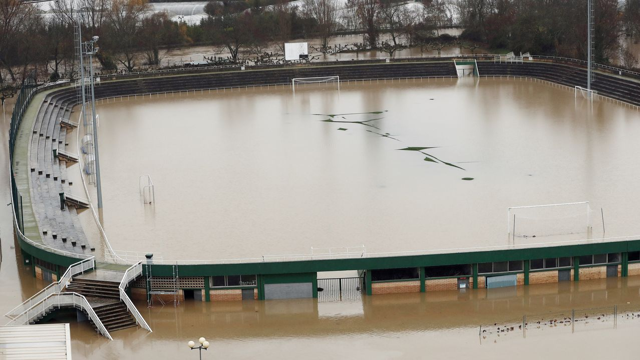«Cando baixei xa me chegaba a auga pola cintura».Aspecto que muestra el estadio de fútbol del Club Deportivo Amaya, anegado de agua, este viernes, en Pamplona