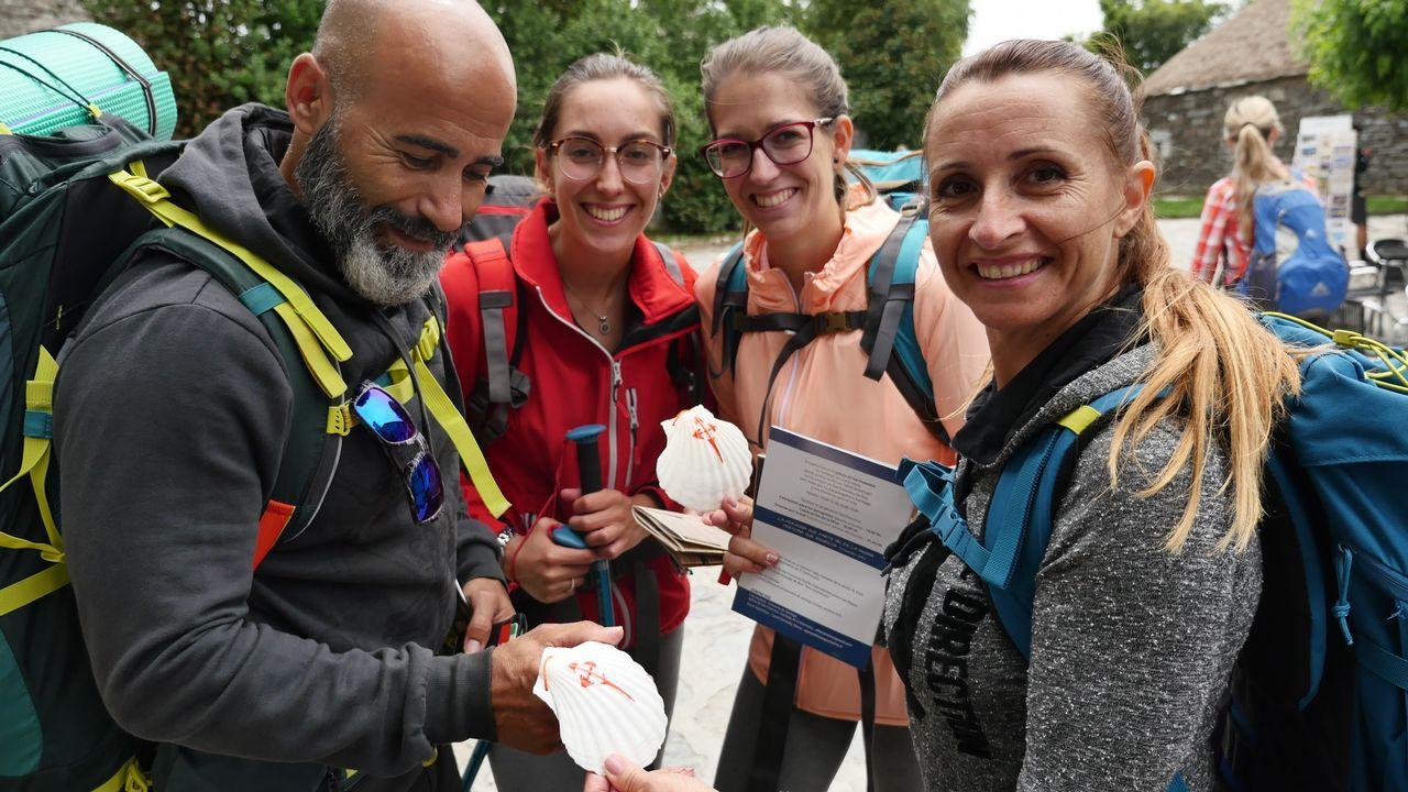 Este grupo de peregrinos ha comprado en O Cebreiro la tradicional concha de vieira, emblema de los que van hacia Santiago