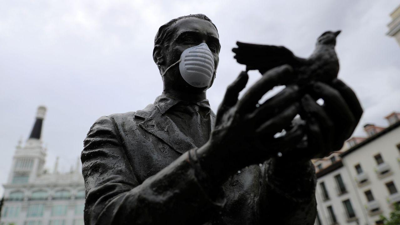 El comité técnico informa sobre los últimos datos de la pandemia en España.Imagen de la estatua de la plaza de Santa Ana, en Madrid