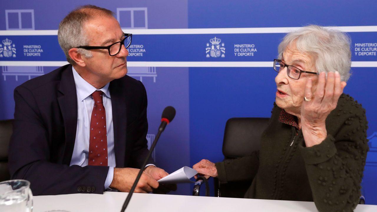 El ministro Guirao y la poeta uruguaya, en la rueda de prensa en que anunciaron el premio para Margarit