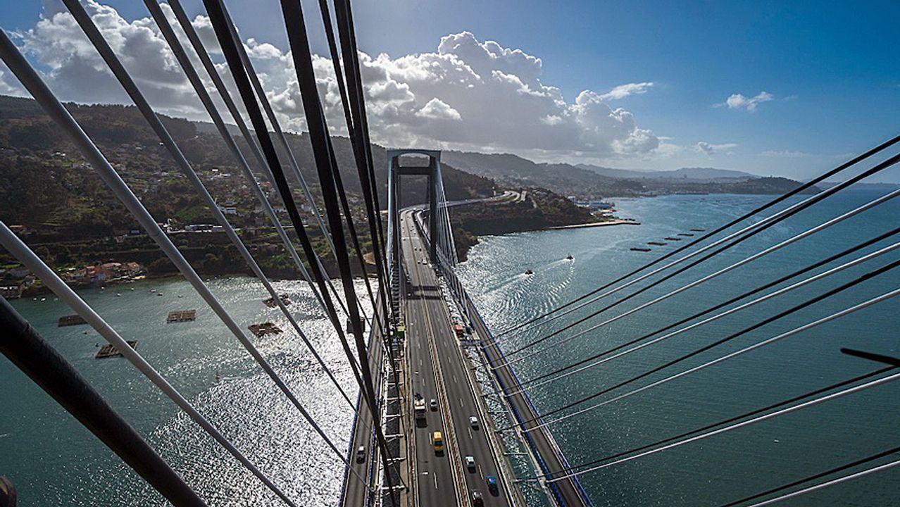 La Guardia Civil avanza las primeras impresiones sobre el accidente de Redondela.Vista de cómo ha quedado el puente de Rande desde su cima, situada a 152 metros de altura