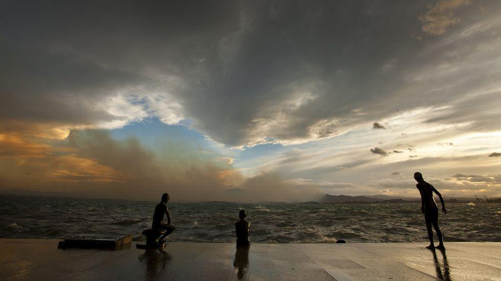 Siguen los incendios en Cantabria. Humo de los muchos focos desde Santander.