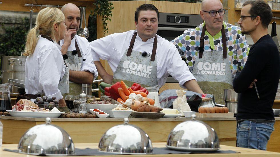 Os cociñeiros locais, fronte aos tres pratos que tiveron que preparar: sopas de allo, corzo estufado e larpeira