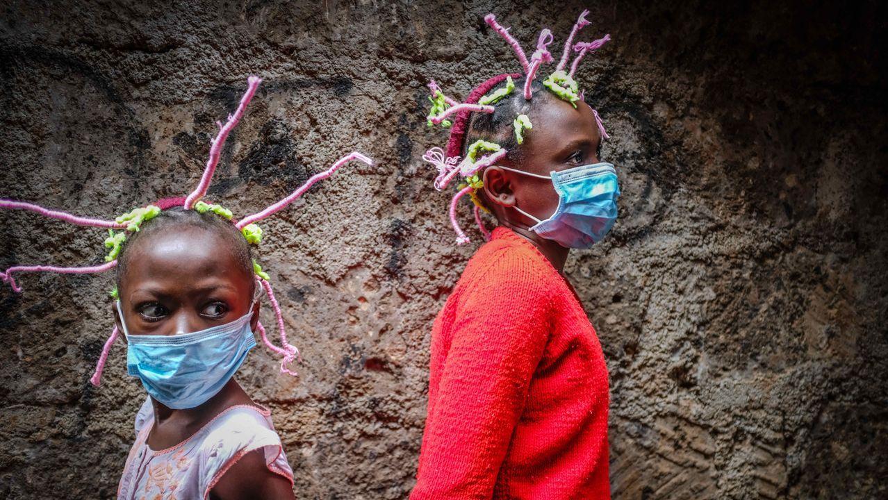 En Nairobi, Kenia, dos niñas lucen sus trenzas imitando al coronavirus para concienciar de la pandemia