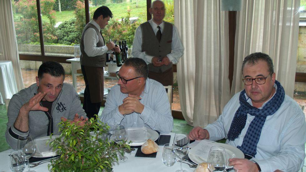 Antonio Raluy (derecha) junto a otros miembros del panel de cata del consejo regulador