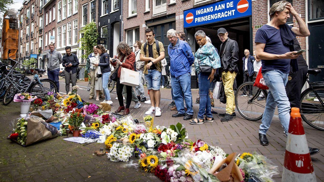 Ciudadanos neerlandeses dejan en el lugar del crimen flores, velas y mensajes de apoyo a De Vrien