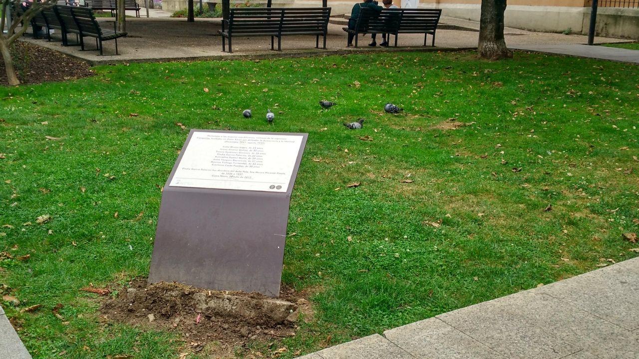Estado en el que se encuentra la placa que recuerda a las mujeres fusiladas por el franquismo en Gijón, con la tierra removida en su base.Estado en el que se encuentra la placa que recuerda a las mujeres fusiladas por el franquismo en Gijón, con la tierra removida en su base