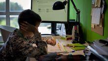 Un alumno haciendo deberes en su casa durante el confinamiento