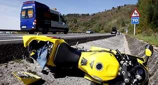 Un coche de ralis hecho en casa.La moto del un joven herido, tirada en la cuneta tras el accidente.