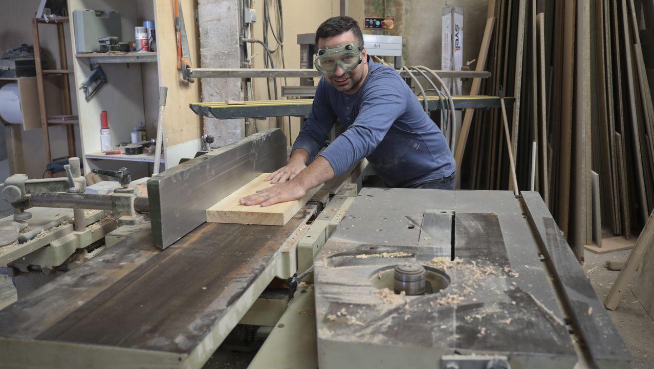 Roberto Nieto pasó cinco años en Suiza y, tras regresar a Negreira, creó una empresa de carpintería