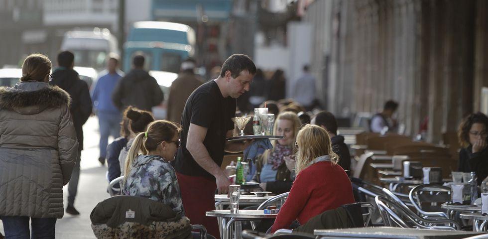 Numerosos ciudadanos aprovecharon el sol de ayer para tomar algo en las terrazas de la Marina.