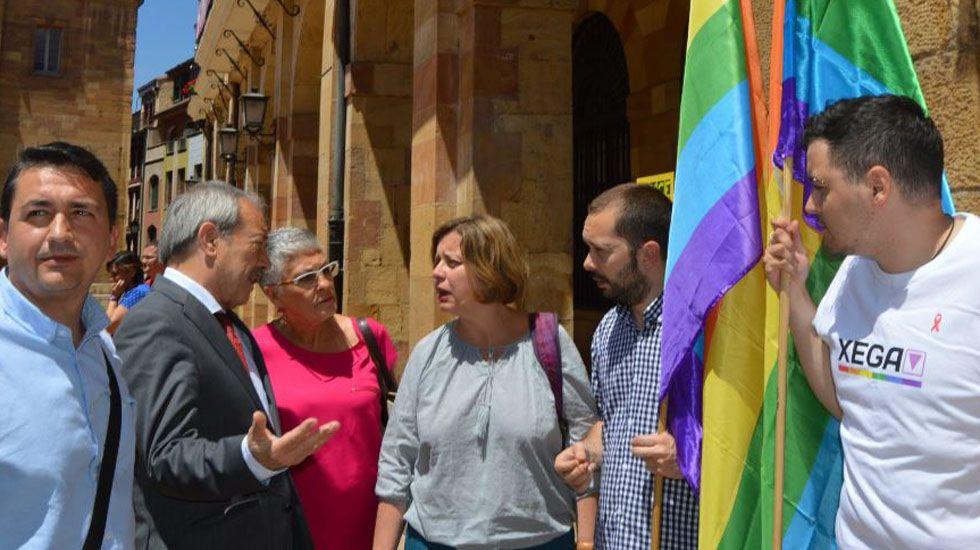 Wenceslao López y Ana Taboada dialogan bajo la mirada de integrantes de Xega