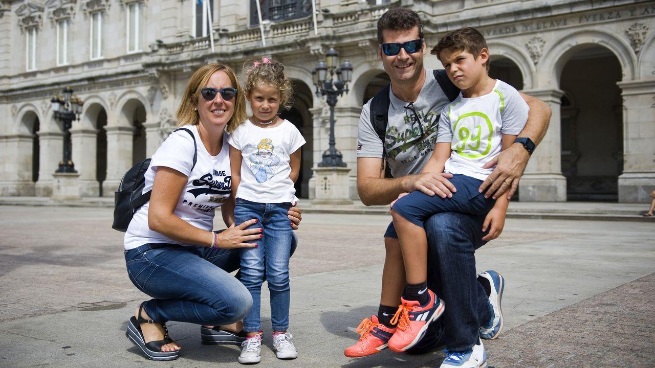 Ana y Santiago con sus hijos en A Coruña