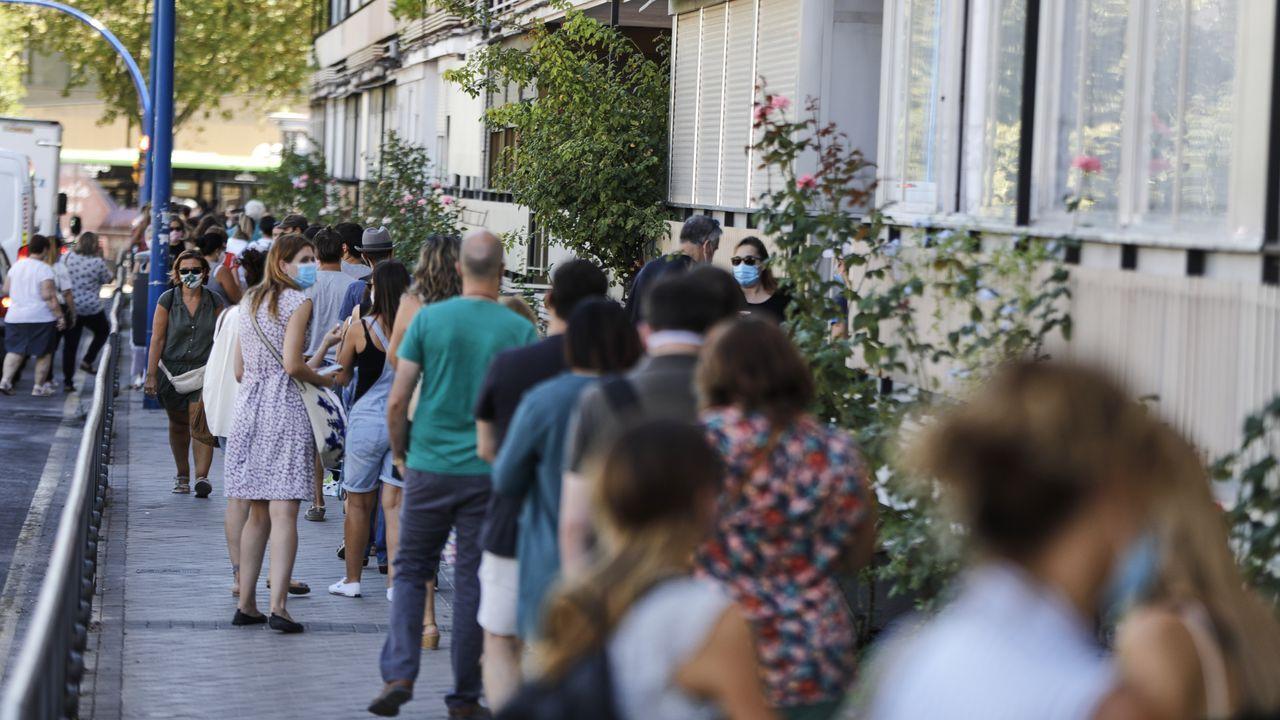 Fila de profesores, este jueves, en Leganés (Madrid), para realizar la prueba de covid-19. Las colas llegaron a extenderse hasta dos kilómetros, repitiendo la imagen vivida el día anterior en la capital