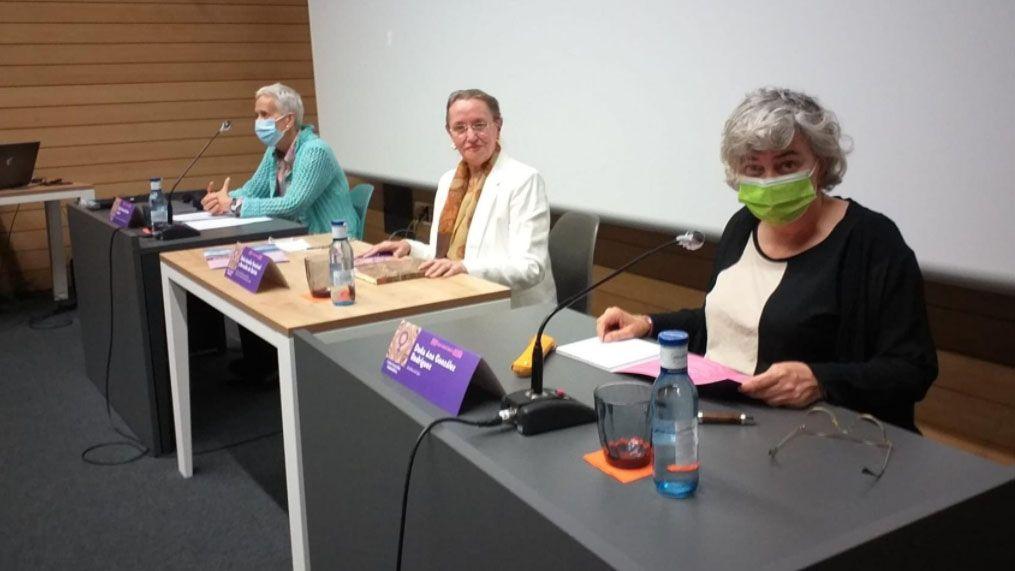 Carmen Suárez, Amelia Valcárcel y Ana González en la apertura de la XVIII Escuela Feminista Rosario de Acuña