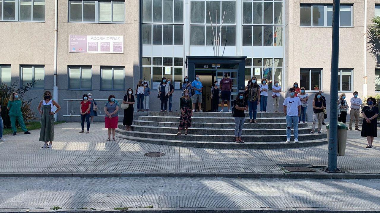 Parte del profesorado del instituto de Adormideras en A Coruña se sumó esta mañana a una protesta espontánea ante el centro