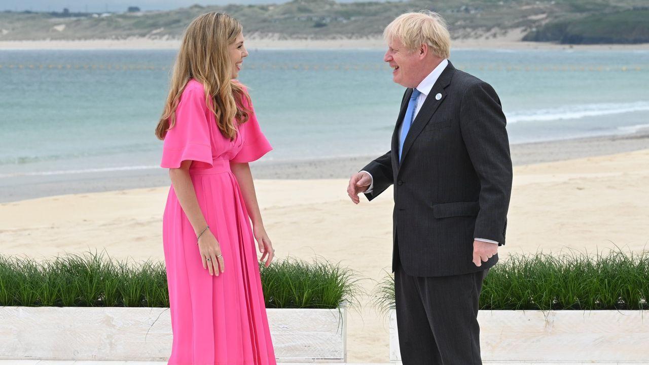 Johnson (en la foto, con su esposa, Carrie) es el anfitrión de la cumbre del G7 en Cornualles, que se celebra en un momento álgido de la tensión con Irlanda del Norte