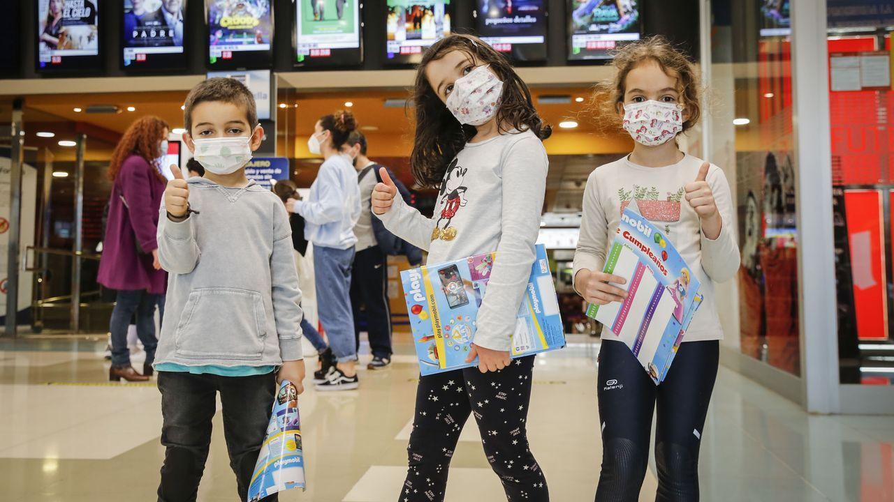 Asun Álvarez pinta las barrigas de embarazadas.Los niños ourensanos volvieron al cine para ver la última película de Disney