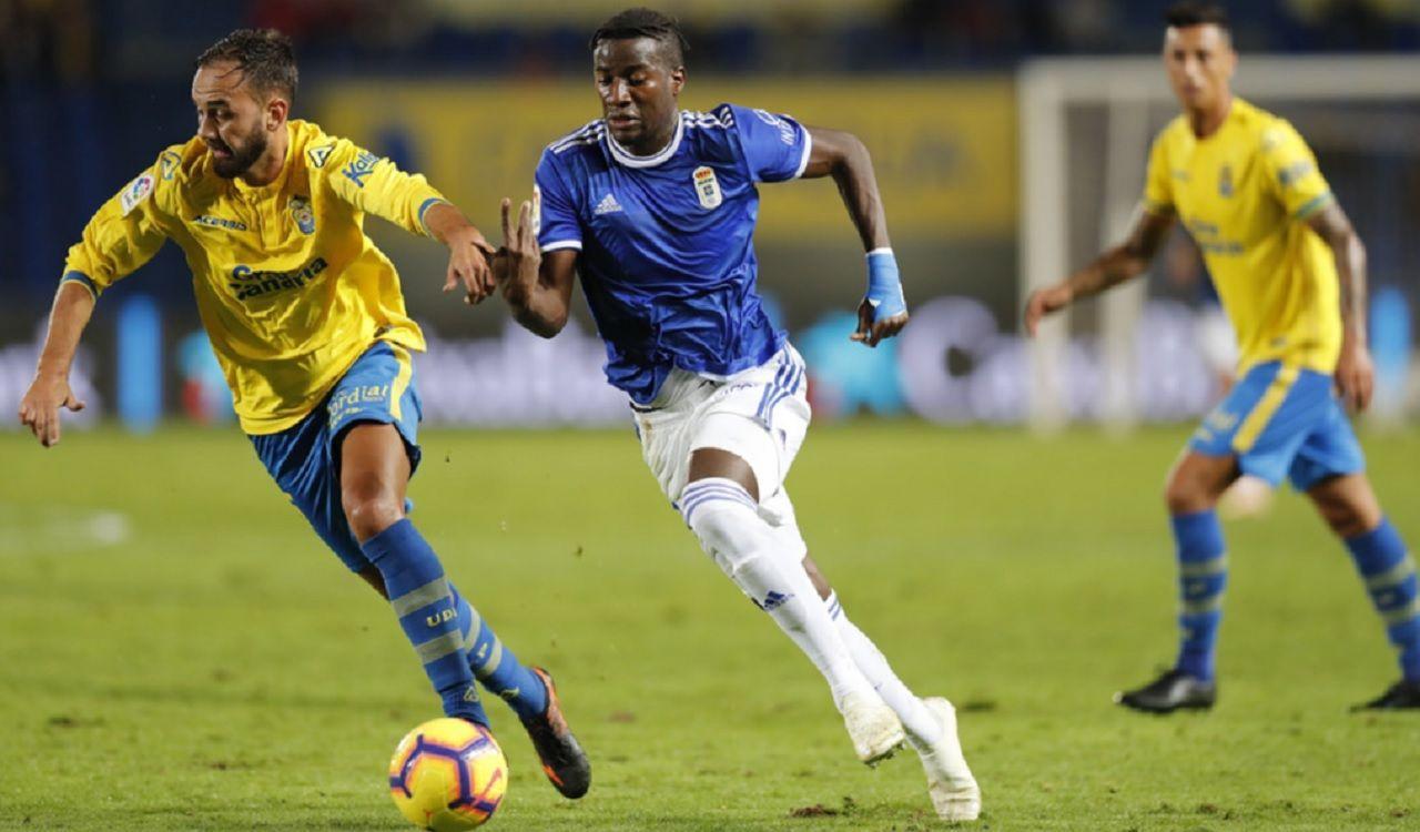 Ibra Ibrahima Balde Deivid Las Palmas Real Oviedo Gran Canaria.Ibra pelea un esférico con Deivid