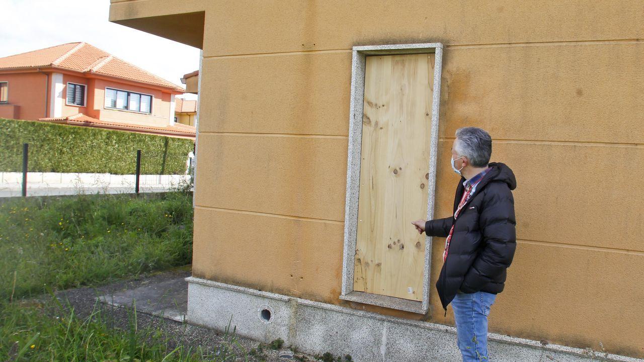 Los vecinos de Ciudad Jardín tapiaron una de las ventanas por las que okupas entraron en un chalé de la urbanización