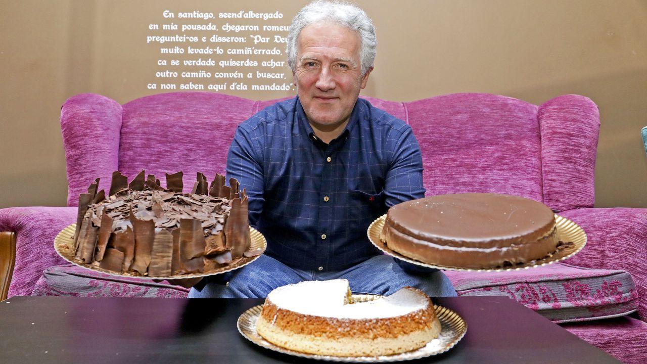 El hostelero y empresario santiagués Xavier Freire, uno de los dos hermanos fundadores del café Airas Nunes, muestra con orgullo alguna de sus icónicas tartas. También satisfecho, mira a la vajilla Churchill, que sigue en el local desde que abrió en 1993: «A firma inglesa deixou de fabricala e xa só a fan para nós»