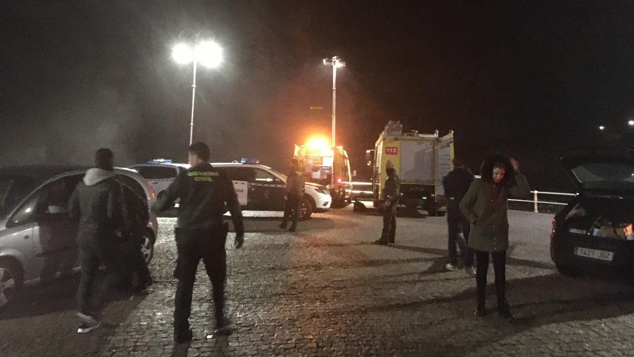 Bomberos tratan de sofocar un incendio en Puerto de Vega (Navia)