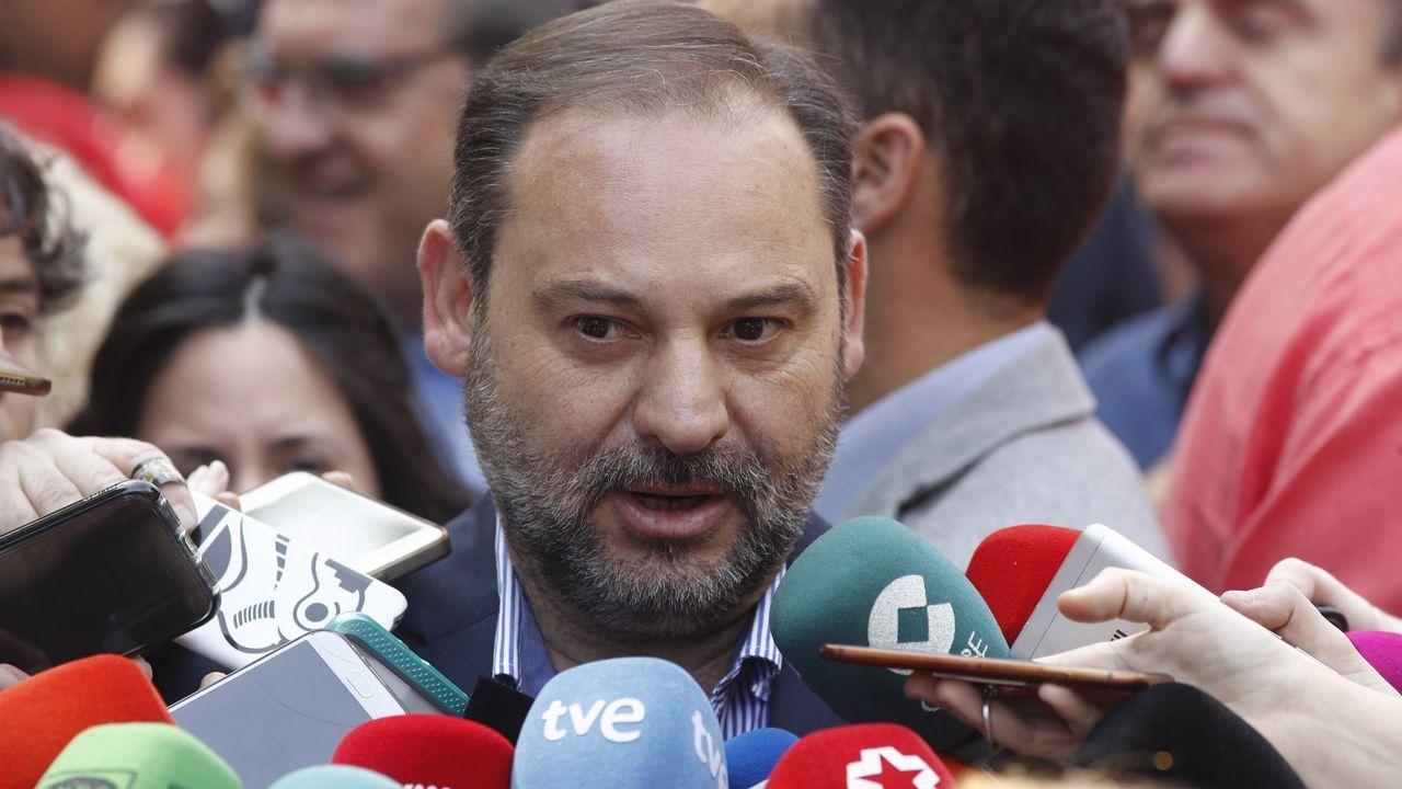 Peinador, sin vuelos de llegada durante tres horas y media.Ábalos atendió a los medios en la manifestación del 1 de mayo en Madrid