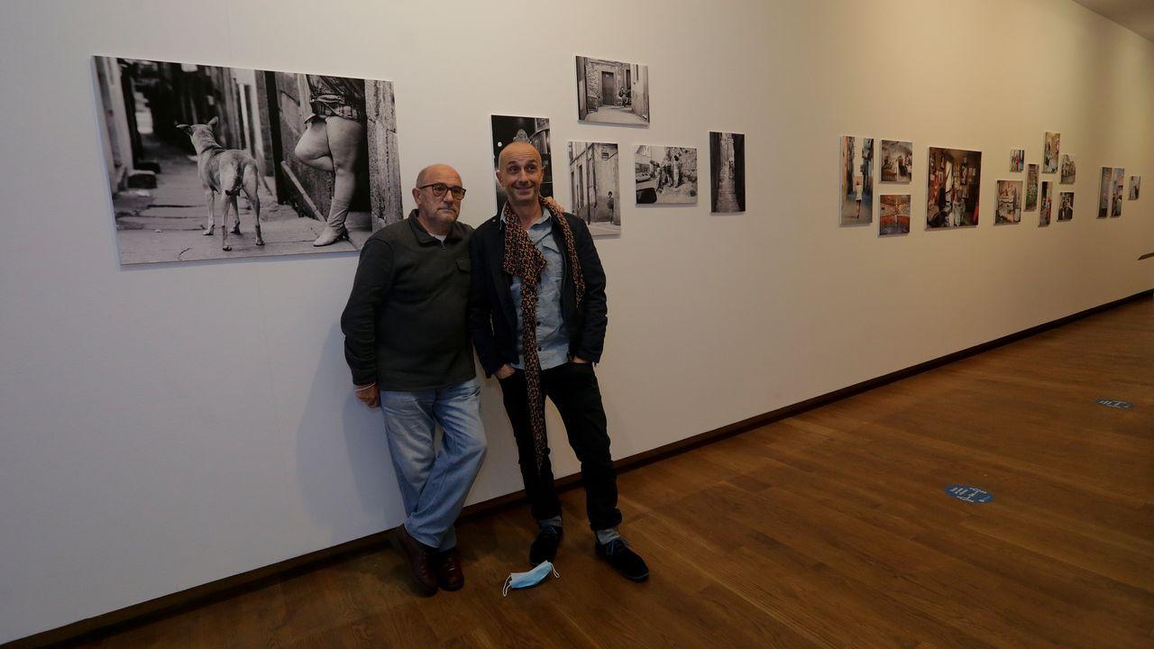 El fotoperiodista Xosé Castro, «Pepucho», y su hijo, Óscar París, también fotógrafo, este jueves en la sala de la Fundación Luis Seoane donde se reúnen sus imágenes del barrio del Papagayo, captadas a lo largo de tres décadas.