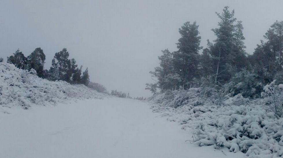 Nieve en la comarca coruñesa.Campos, estirando en el área recreativa de A Magdalena tras un entrenamiento en Vilalba.