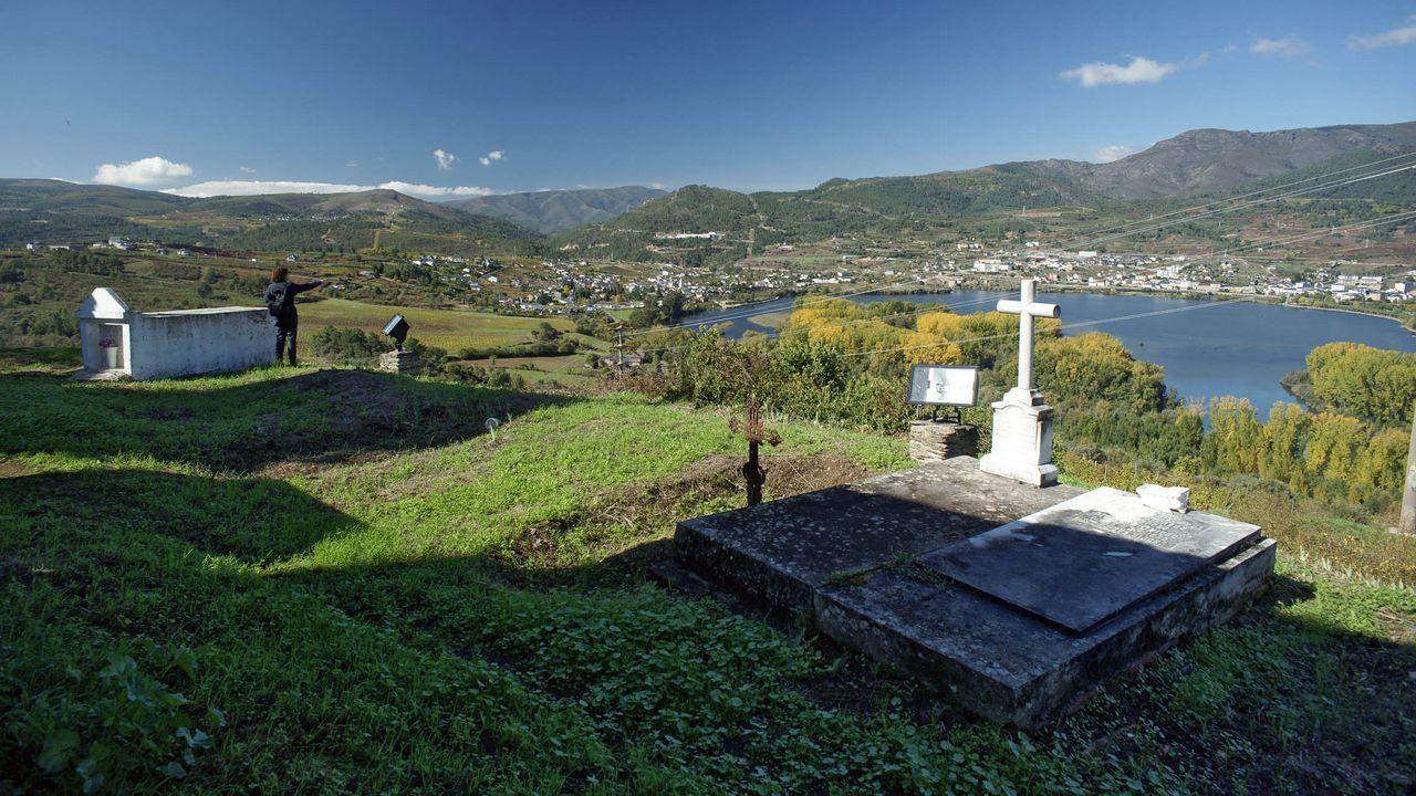 Cementerios singulares de Ourense.Vistas sobre el embalse, con la tumba de Antolina como punto estratégico, en el camposanto de Petín.