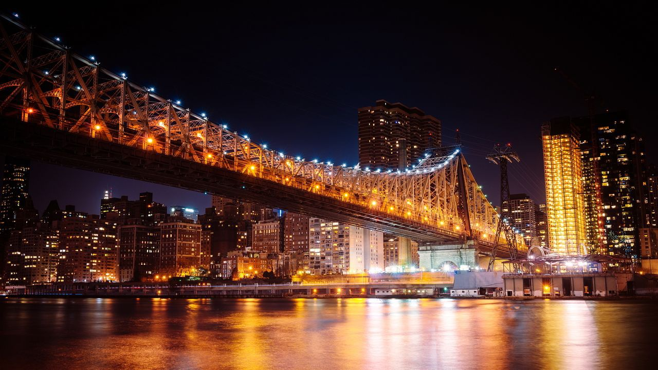 La iluminación realza los puentes de medio mundo