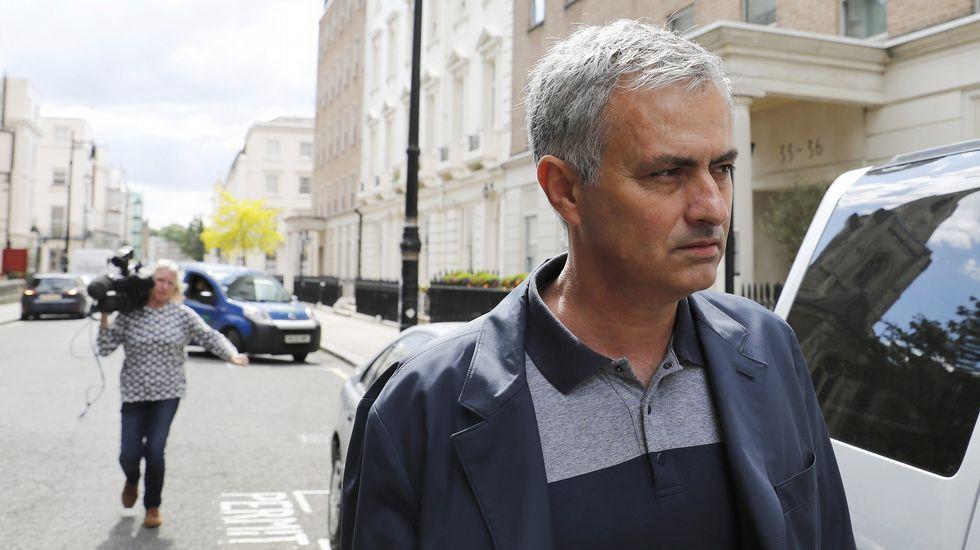 Mourinho, hoy delante de su casa de Londres