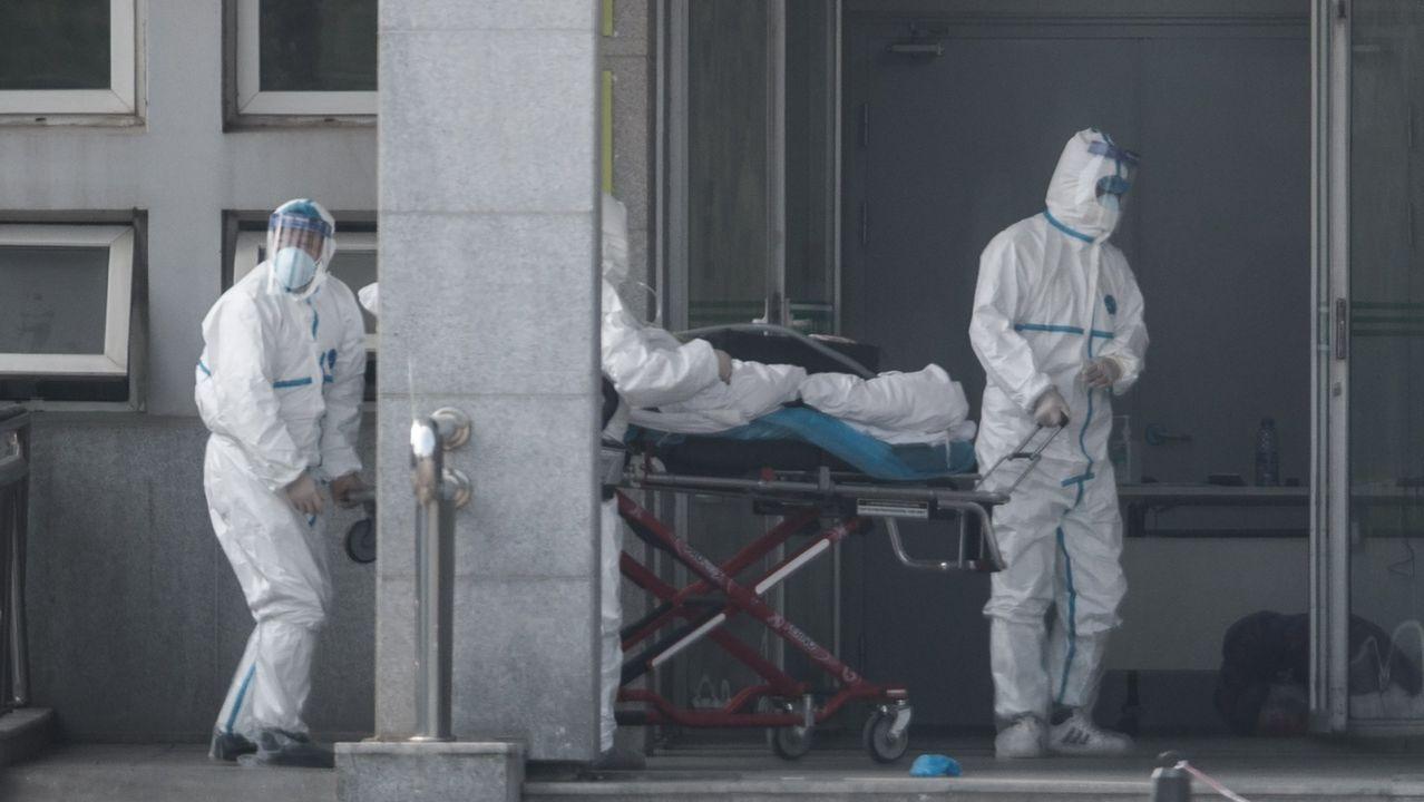 Prohibido entrar y salir de Wuhan.Un operario desinfectando la iglesia de Corea del Sur