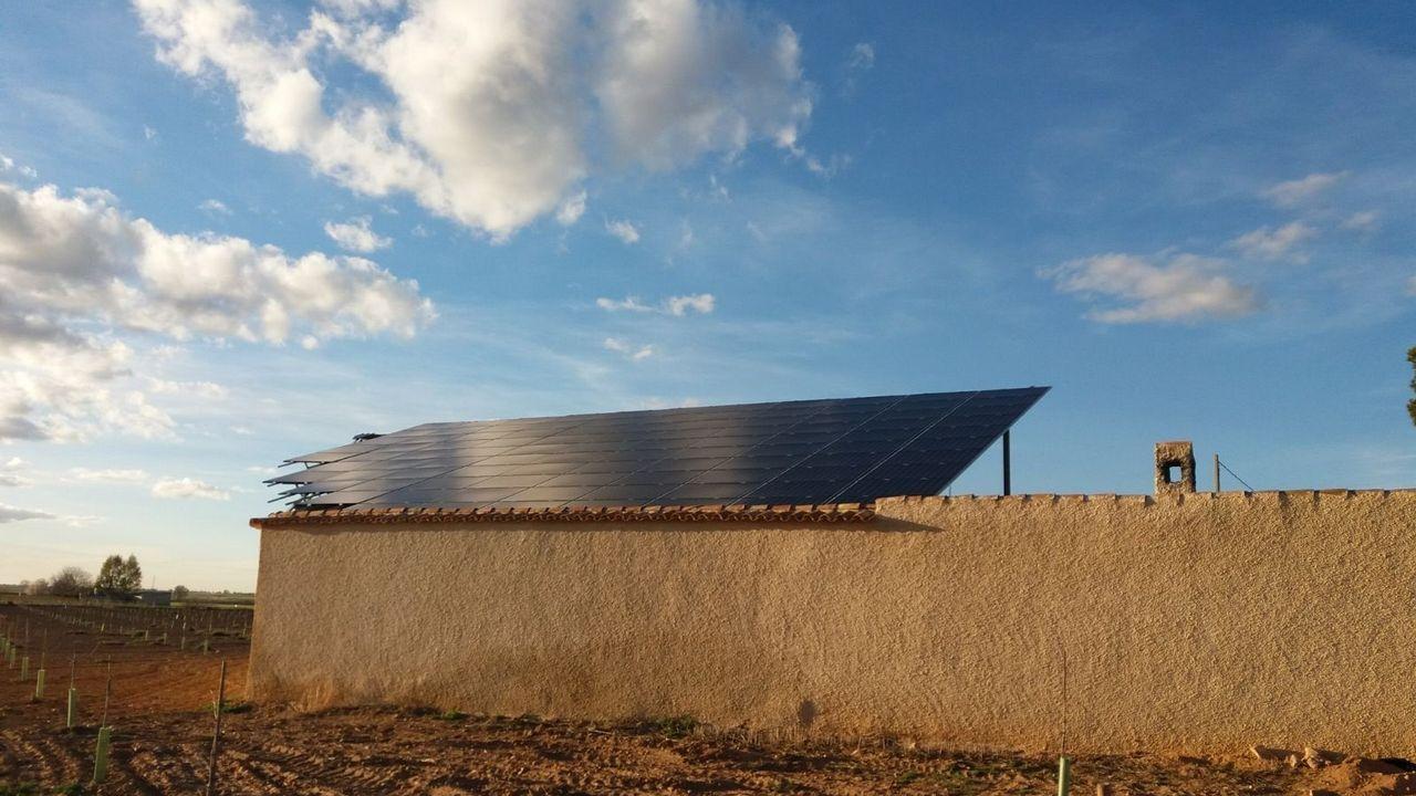 El molino de viento marca la situación de las propiedades de Inditex en el polígono, y al fondo el dique del puerto exterior de A Coruña