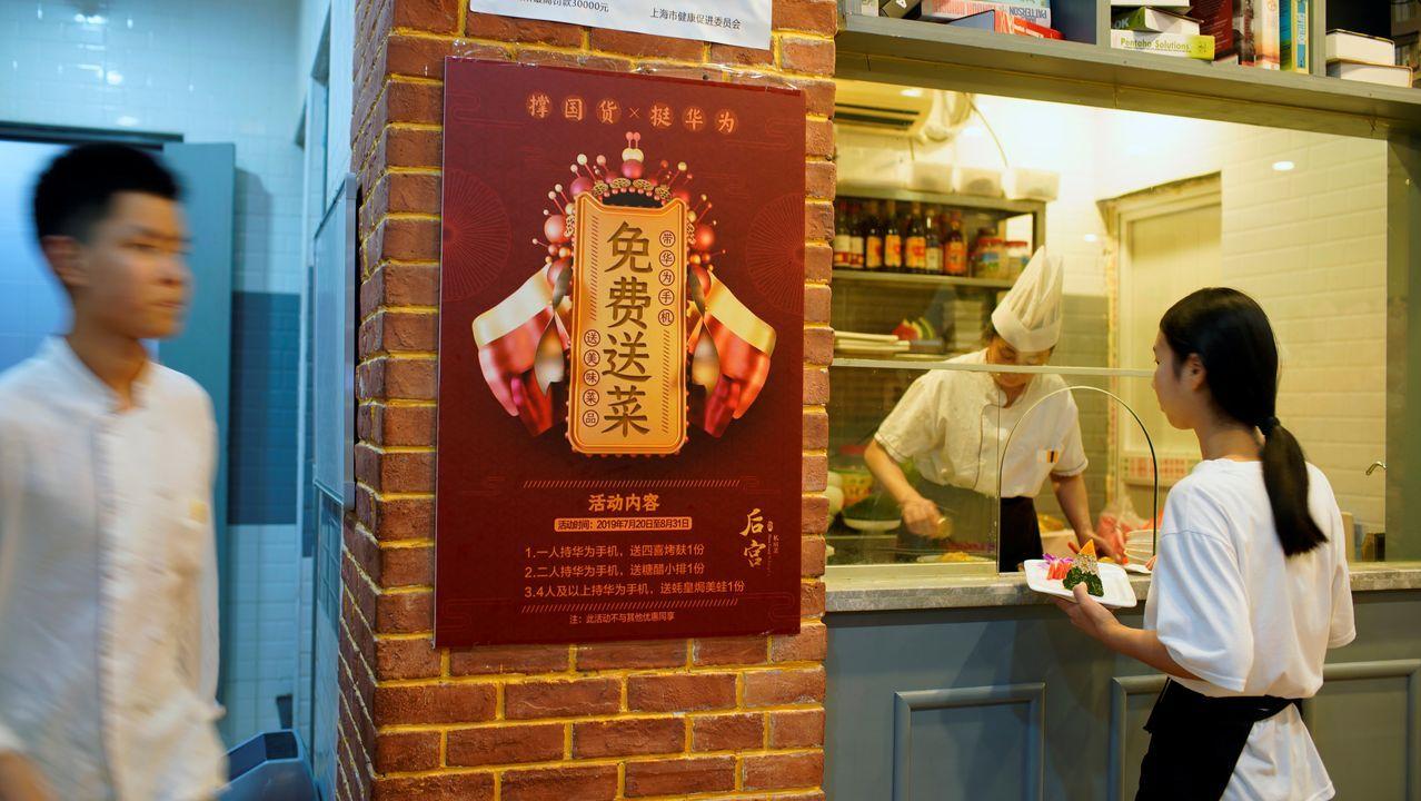 Un restaurante de Shanghái ofrece un plato gratuito a los clientes que posean un móvil Huawei. Tras el veto de EE.UU, la marca china se centró en reforzar el mercado nacional.