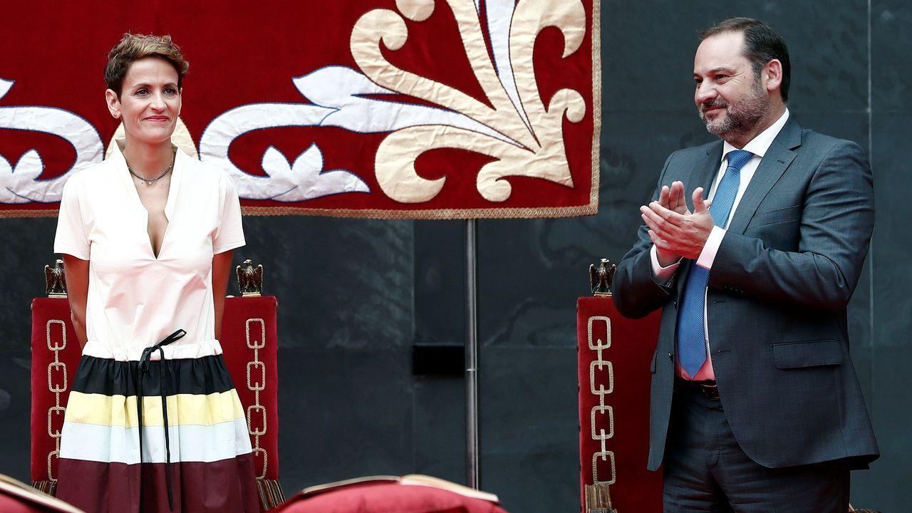 José Luis Ábalos aplaude a la socialista María Chivite tras su toma de posesión como presidenta de Navarra
