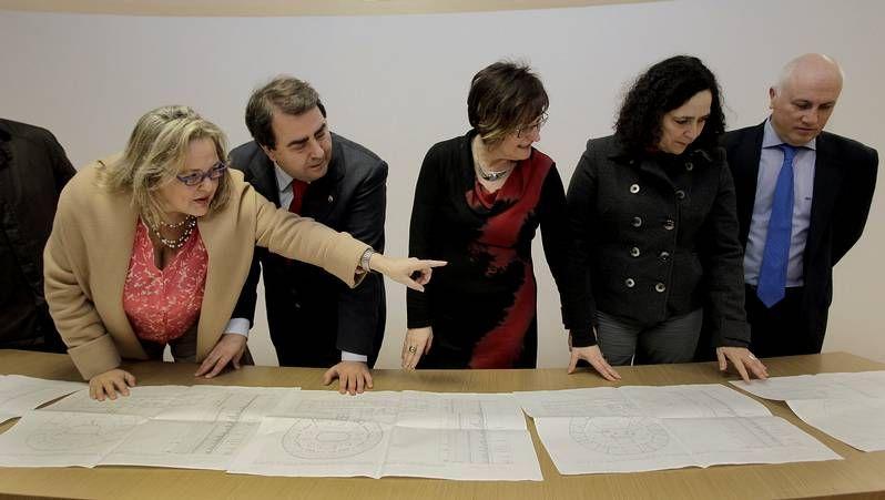 El alcalde y el conselleiro, con los planos del proyecto para la Fábrica de Tabacos