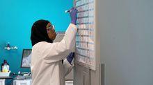 La investigadora Huda Rabi, de la compañía Arcturus Therapeutics de San Diego, es una de los muchos científicos que están buscando una vacuna contra el Covid-19