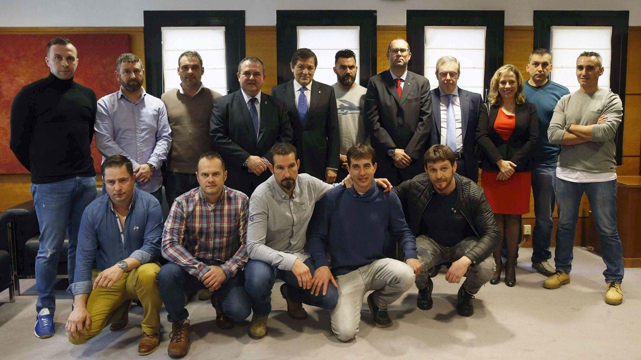 Foto de grupo de la Brigada de Salvamento Minero con el presidente del Principado, Javier Fernández, y el consejero de Empleo e Industria, Isaac Pola