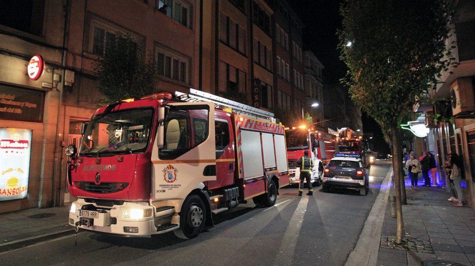 Los bomberos de Moforte, en una imagen de archivo de otro incendio en Roberto Baamonde