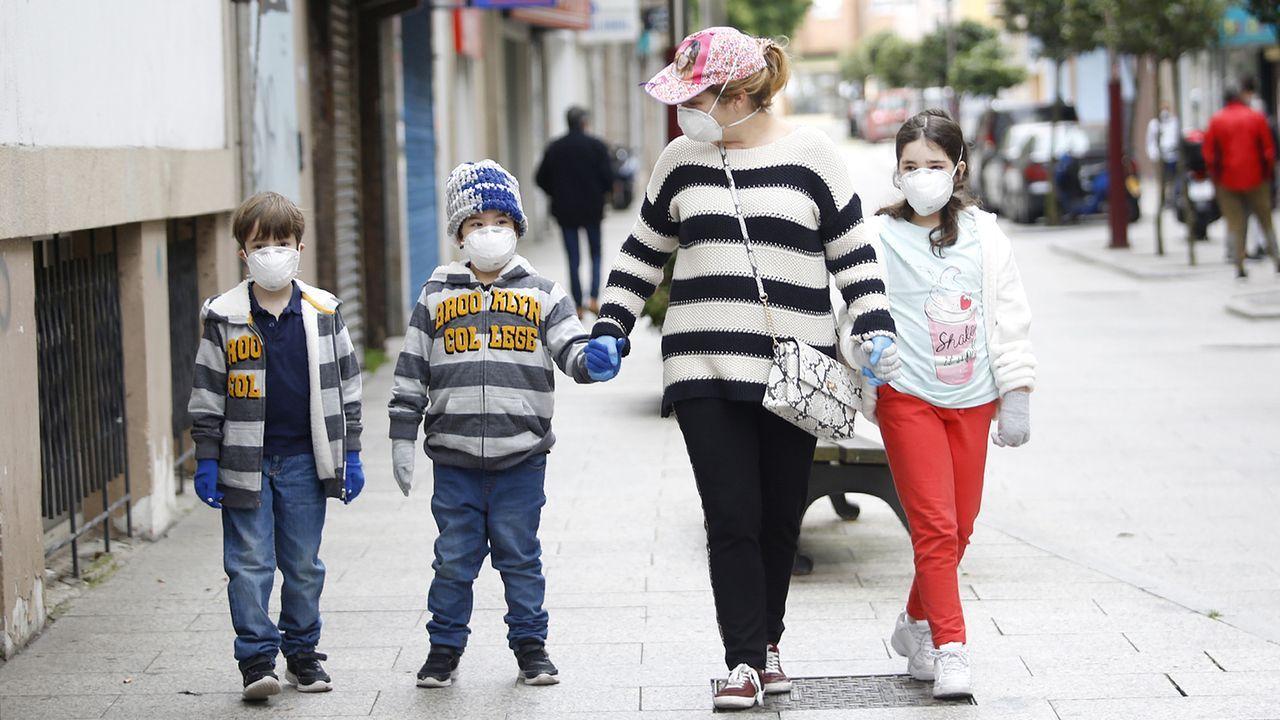 Una mujer pasea con tres menores en Vigo, todos ellos con mascarillas