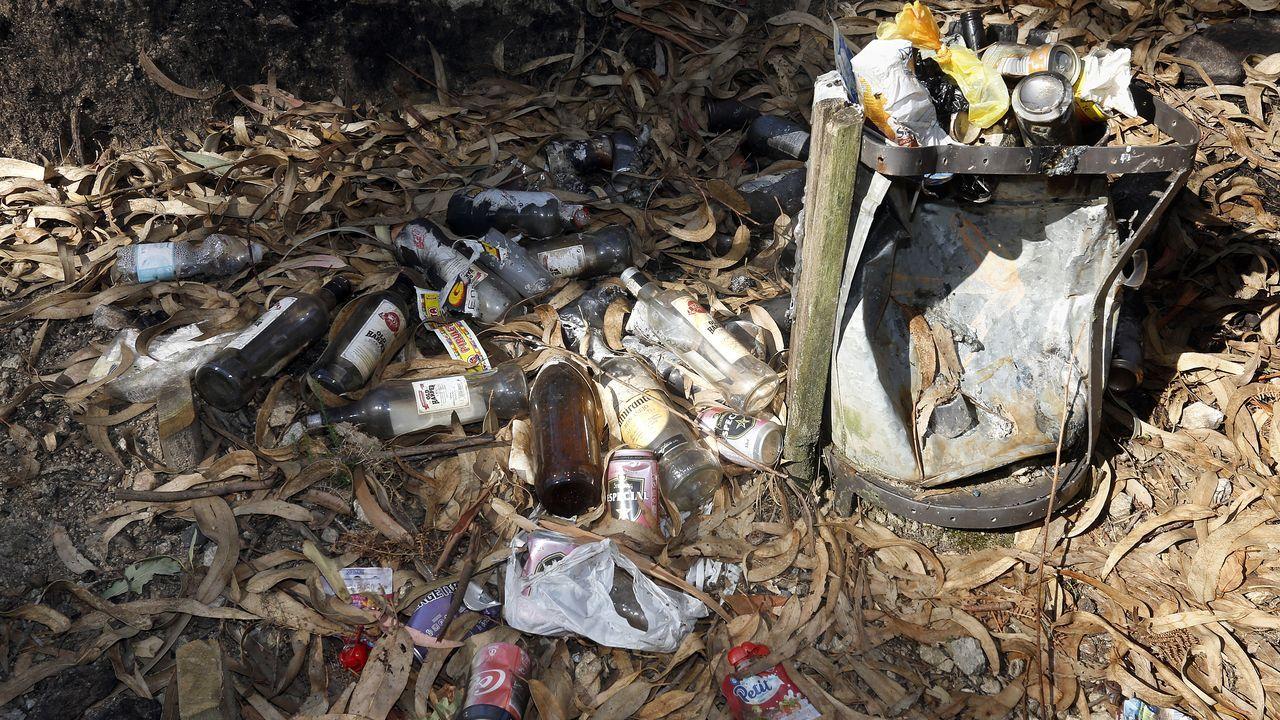 ¡Así fue el concierto de M-Clan en Boiro!.Uno de los cubos de basura, repleto de botellas de alcohol