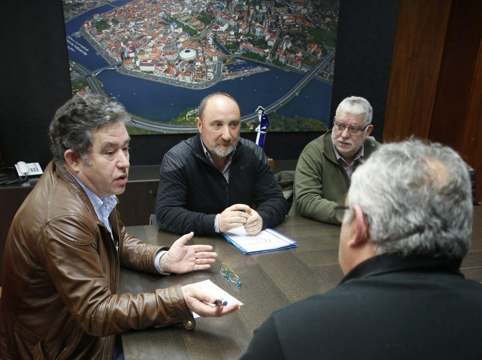 <span lang= es-es >Respaldo municipal al líder</span>. Lores aseguró el compromiso del Concello con el Teucro ante el más que posible ascenso a Asobal.