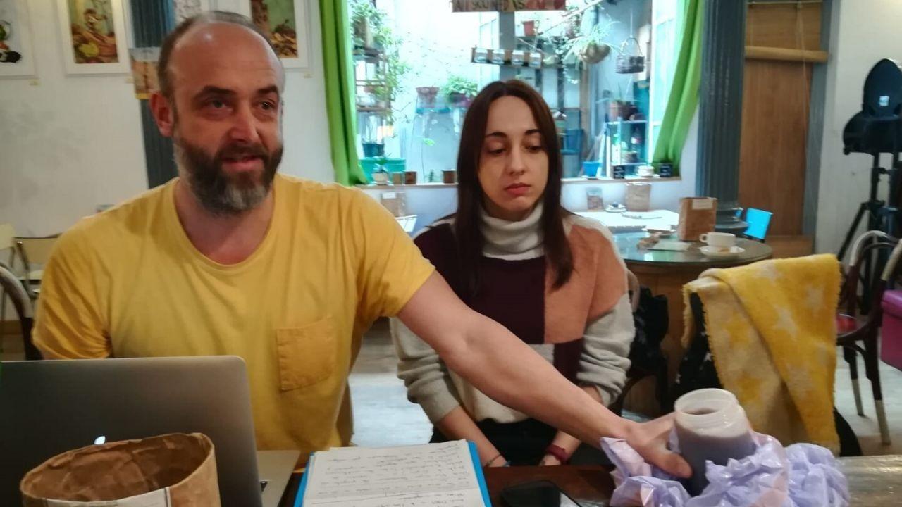 David Alonso y Cristina Solans con una muestra del vertido recogido