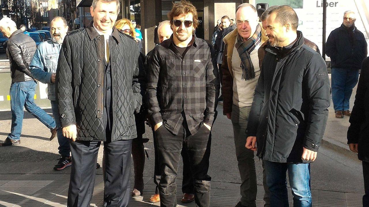 Alonso, junto al alcalde de siero (derecha)