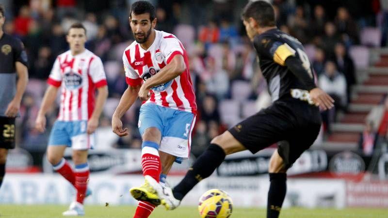 Jonathan Valle controla el balón en un lance del duelo del domingo contra el Sabadell.