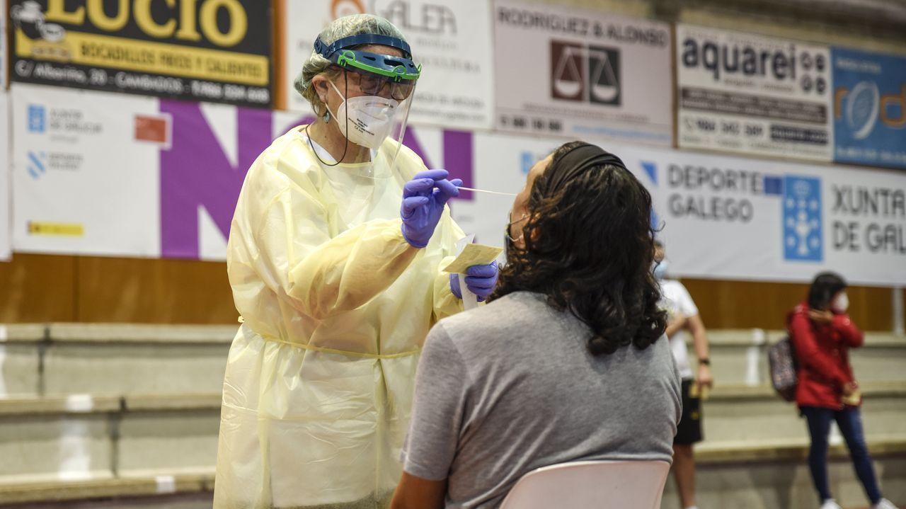 Concentración por la sanidad en el centro de salud de Baltar.La Asociación Amigos da Dorna lleva 17 años amarrando en Portonovo