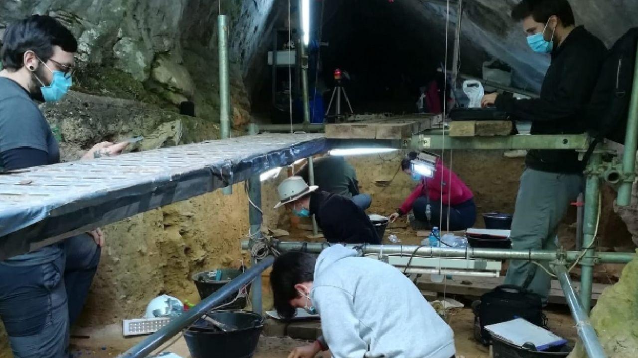 Un aspecto das escavacións realizadas en Cova Eirós no verán do ano pasado