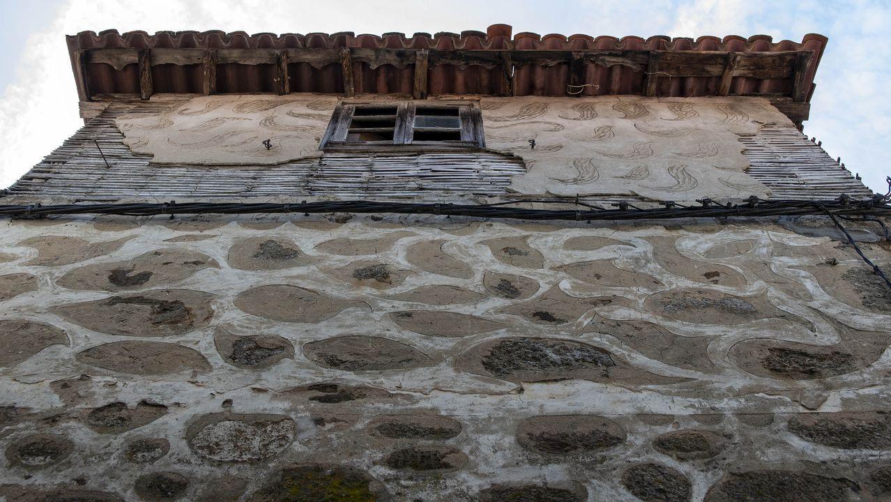 Decoración con esgrafiados en una casa de Belesar