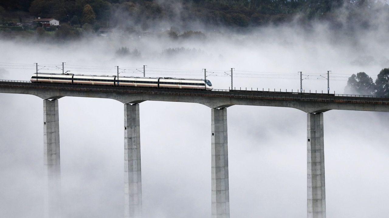 Un tren circulando por el viaducto de O Eixo, cerca de Santiago